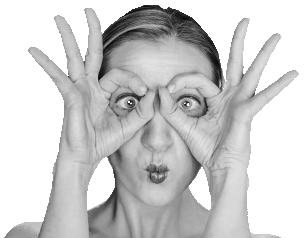 Femme faisant des lunettes avec ses mains